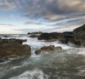 Härligt soluppgånglandskap av den Godrevy fyren på Cornwall Co Royaltyfri Bild
