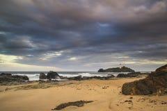 Härligt soluppgånglandskap av den Godrevy fyren på Cornwall Co Arkivfoton