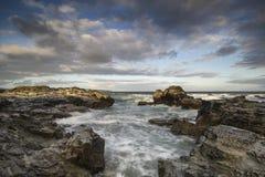 Härligt soluppgånglandskap av Godrevy på den Cornwall kustlinjen in Arkivbilder