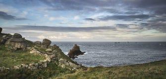 Härligt soluppgånglandskap av Land's End i Cornwall England Royaltyfria Bilder