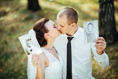 Härligt sommarbröllop går på naturen Arkivbilder