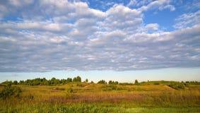 Härligt sommarfält och moln i himlen royaltyfri fotografi