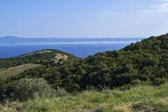 Härligt sommarhavslandskap med en sikt på den Ammouliani ön och Mount Athos Halkidiki Grekland Härligt sommarhavslandskap arkivfoton