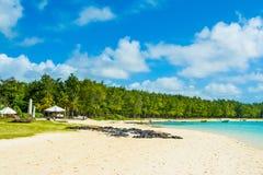 Härligt sommarlandskap av den tropiska kusten Arkivbilder