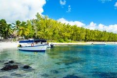 Härligt sommarlandskap av den tropiska kusten Arkivfoton