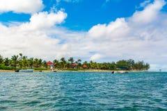 Härligt sommarlandskap av den tropiska kusten Royaltyfria Foton