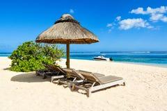 Härligt sommarlandskap av den tropiska kusten Arkivbild