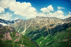 Härligt sommarlandskap av stora Kaukasus berg Fotografering för Bildbyråer