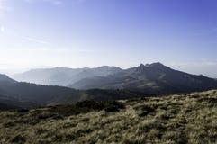 Härligt sommarlandskap i bergen med solen på gryning Arkivfoton