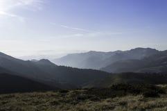 Härligt sommarlandskap i bergen med solen på gryning Arkivfoto