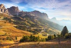 Härligt sommarlandskap i bergen. Soluppgång - Italien fjälläng royaltyfri fotografi