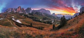 Härligt sommarlandskap i bergen. Soluppgång - Italien fjälläng Royaltyfri Bild