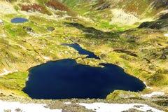 Härligt sommarlandskap med sjön från Fagaras berg Arkivfoton