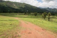 Härligt sommarlandskap med vägen i berget av Thailand Arkivbild