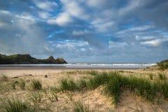 Härligt sommarsoluppgånglandskap över den gula sandiga stranden Royaltyfri Bild