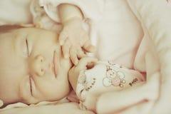 Härligt sova behandla som ett barn flickan Arkivbild