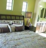 härligt sovrum royaltyfri foto