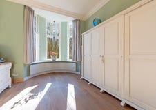 Härligt sovrum i gammalt renoverat hus Royaltyfri Bild