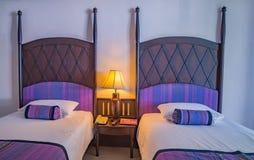 Härligt sovrum i lyxigt hotell royaltyfri fotografi