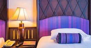 Härligt sovrum i lyxigt hotell royaltyfri bild