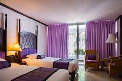 Härligt sovrum i lyxigt hotell arkivfoton
