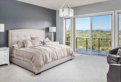 Härligt sovrum i nytt hem royaltyfria bilder
