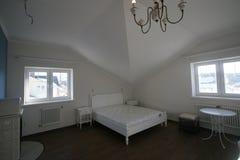 Härligt sovrum i vita signaler royaltyfri bild
