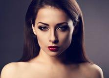 Härligt spela vamp den sexiga kvinnan för makeup med varm röd läppstift och länge royaltyfri foto