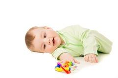 Härligt spelar ett småbarn med leksaker arkivfoton