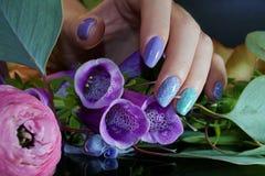 Härligt spika Art Manicure med blommor omsorgsbomullsfingernailen spikar att ta bort swabfernissa royaltyfria foton