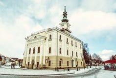 Härligt stadshus i den huvudsakliga fyrkanten, Kezmarok, Slovakien, gammal filt Arkivfoton