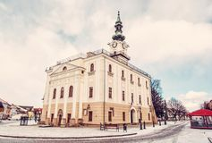 Härligt stadshus i den huvudsakliga fyrkanten, Kezmarok, Slovakien, röd filt Royaltyfri Fotografi