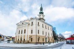 Härligt stadshus i den huvudsakliga fyrkanten, Kezmarok, Slovakien, vinter s Royaltyfri Fotografi