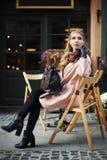 Härligt stilfullt sammanträde för ung kvinna i gatakafé barn för kvinna för livsstil för bakgrundsskönhetstad stads- Kvinnligt da fotografering för bildbyråer