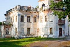 Härligt storslaget gammalt hus, godset Arkivfoton