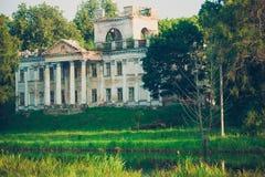 Härligt storslaget gammalt hus, godset Royaltyfri Foto