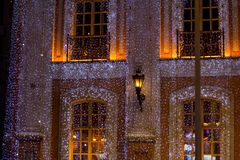 Härligt stort hus som dekoreras med julljus Stora Windows med julgranen arkivfoto