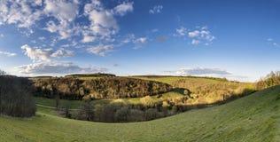Härligt stort panoramalandskap av bygd på ljusa Spri royaltyfri bild