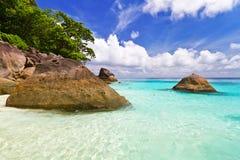 Härligt strandlandskap av Similan öar Arkivbild
