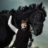 härligt svart hästkvinnabarn Arkivbild