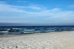 Härligt töm stranden i Jastarnia, Polen Arkivfoto