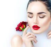 Härligt ta för flicka för modemodell mjölkar badet, brunnsorten och skincare arkivfoto