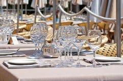 Härligt tabellinbrott en utomhus- restaurang Royaltyfri Fotografi