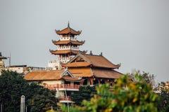 Härligt tak av traditionella asiatiska kinesiska byggnader Arkivfoto