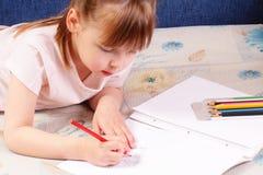 härligt tecknar den roliga flickan little bild royaltyfri fotografi