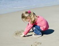 härligt tecknar flickan little sand royaltyfri foto