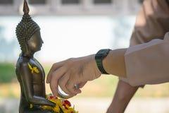 Härligt thailändskt kulturellt Hällande vatten mi för kunglig thailändsk marinsjöman royaltyfria foton