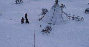Härligt tillfångatagande av barndom av barn från Sibirien lyckligt spela utanför yurtslägret, bärande kläder från lager videofilmer