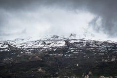 Härligt tillfångatagande av ett berg som täckas med snö royaltyfria bilder