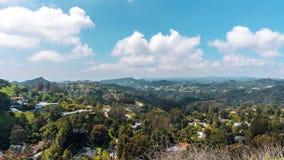 Härligt TimeLaps bioskott 4K Sikt uppifrån av Beverly Hills Härlig molnflyttning till och med kullarna A stock video